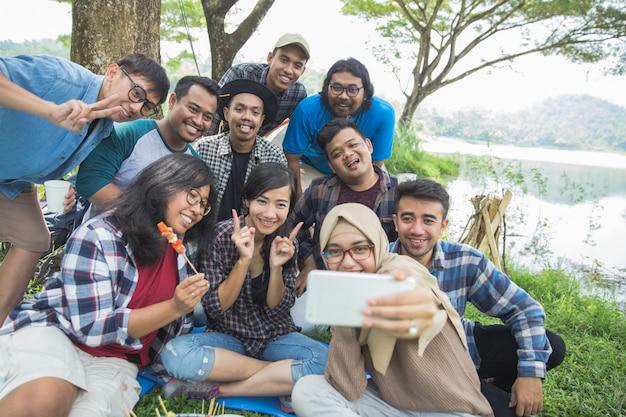 Freunde camping selfie zusammen