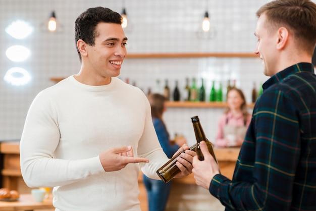 Freunde der vorderansicht, die im café sprechen
