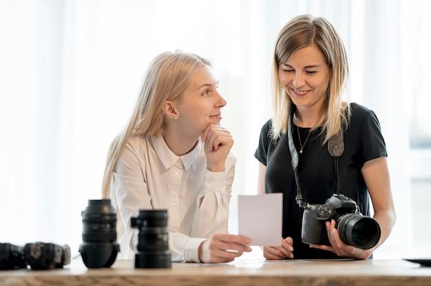 Freunde des fotografen, die zwischen fotos wählen