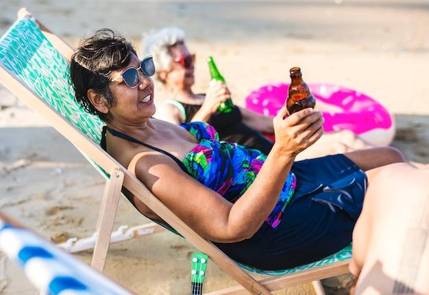 Freunde, die am strand etwas trinken