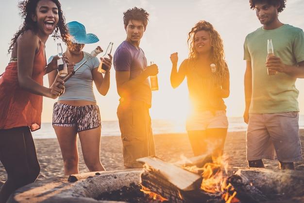 Freunde, die am strand feiern