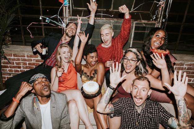 Freunde, die auf einer geburtstagsfeier feiern