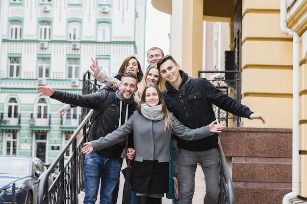 Freunde, die auf stadtstraße aufwerfen