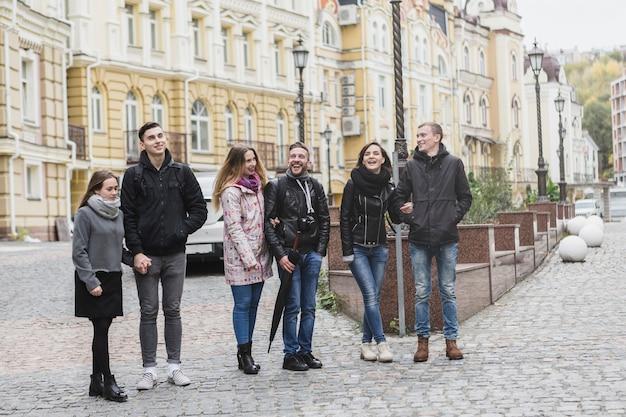 Freunde, die auf stadtstraße stehen