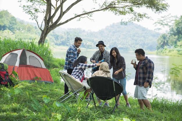 Freunde, die außerhalb zelte auf camping entspannen