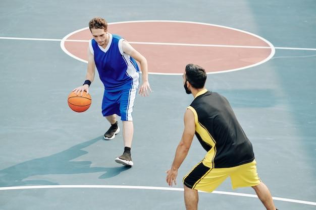 Freunde, die basketball spielen