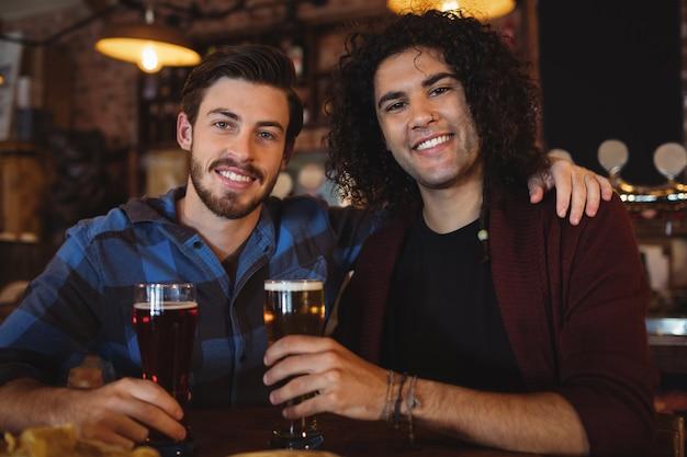 Freunde, die bier an der theke trinken
