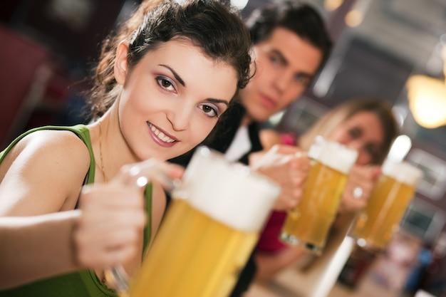 Freunde, die bier in der bar trinken