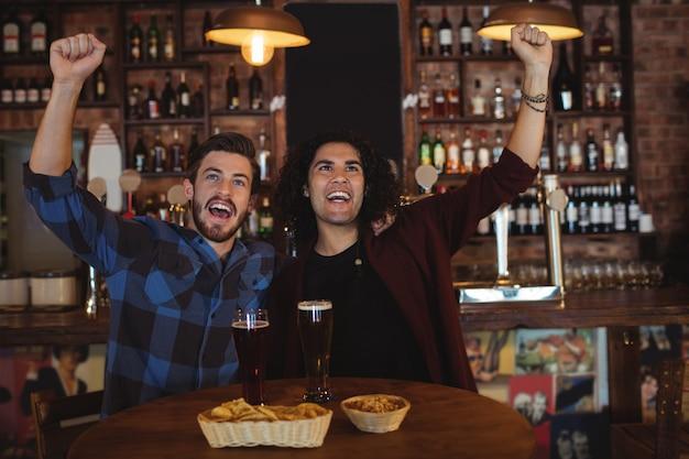 Freunde, die bier in der kneipe trinken