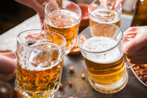 Freunde, die bier in einer bar trinken