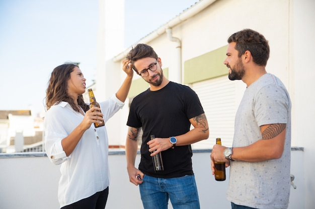 Freunde, die bier trinken und zusammen rumhängen