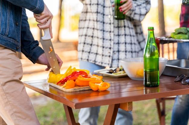 Freunde, die draußen mit bier zu mittag essen