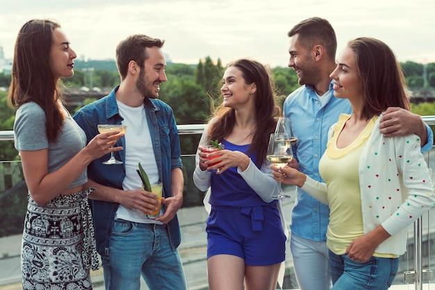 Freunde, die ein gespräch an einer party haben