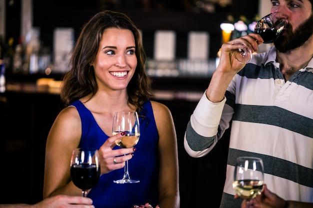 Freunde, die ein glas wein in einer bar essen