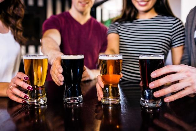 Freunde, die ein halbes liter in einer bar haben