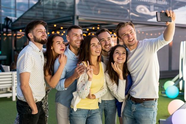Freunde, die ein selfie an einer party nehmen