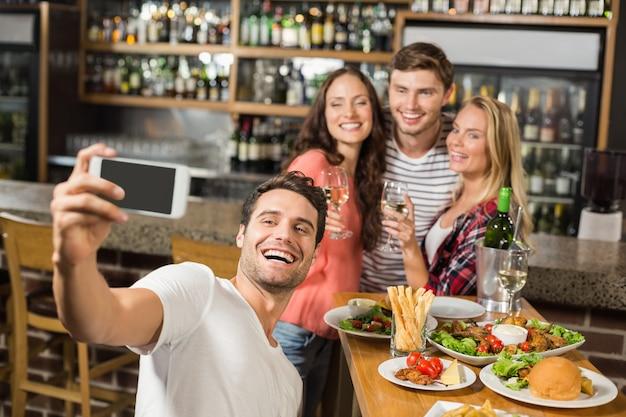 Freunde, die ein selfie machen