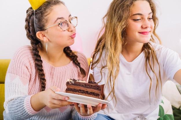Freunde, die ein selfie mit stück kuchen nehmen