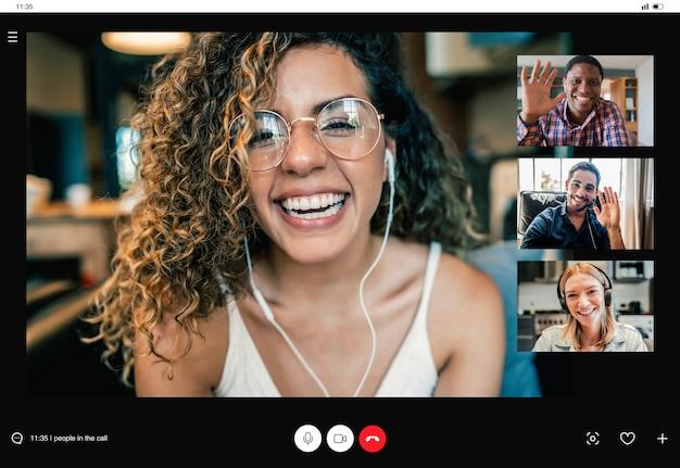 Freunde, die eine gute zeit bei einem videoanruf haben, während sie zu hause bleiben. neues normales lifestyle-konzept.