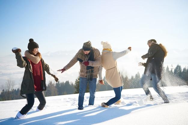 Freunde, die eine lustige schneeschlacht haben