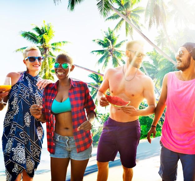 Freunde, die eine party am strand haben