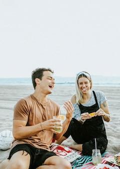 Freunde, die eine strandparty genießen