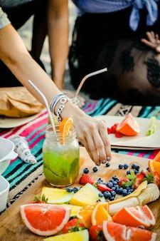 Freunde, die eine strandparty mit snacks haben