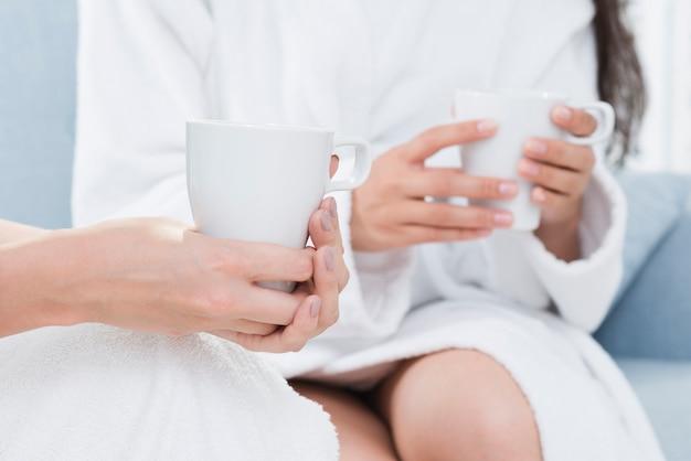 Freunde, die einen kaffee in einem badekurort nehmen
