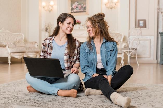 Freunde, die einen laptop verwenden