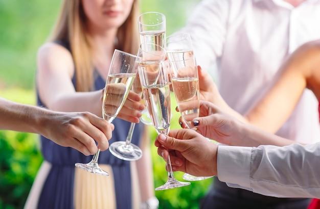 Freunde, die einen toast haben