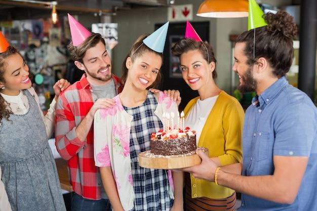 Freunde, die frauengeburtstag im restaurant feiern