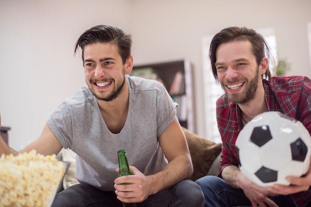 Freunde, die fußballspiel schauen