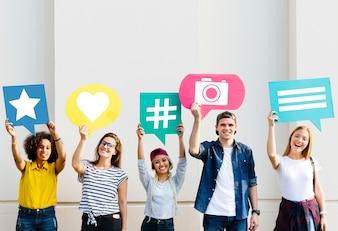 Freunde, die Gedankenblasen mit Social Media-Konzeptikonen halten