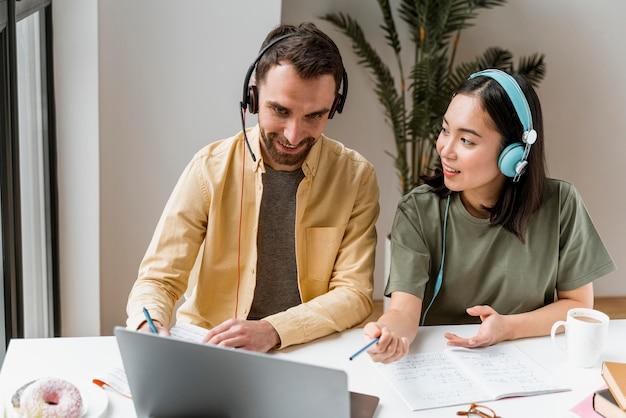 Freunde, die gemeinsam an online-kursen teilnehmen