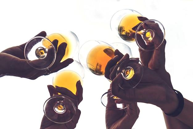 Freunde, die gläser feiern und trinken