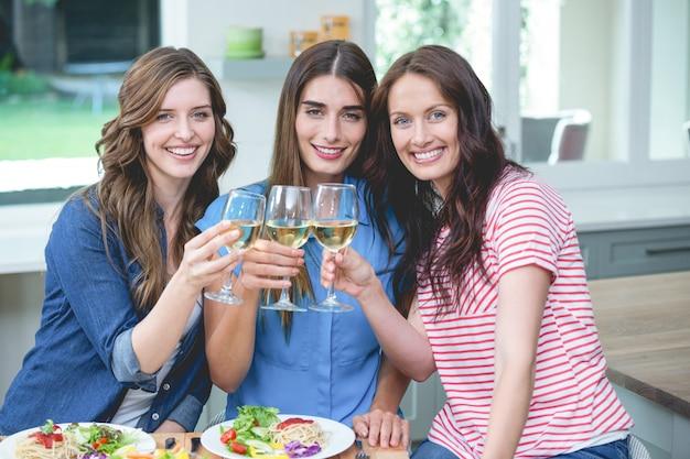 Freunde, die glas wein beim essen rösten