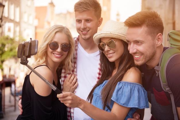 Freunde, die gruppen-selfies machen