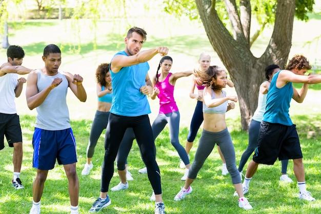 Freunde, die im park trainieren