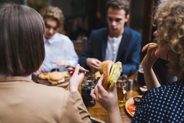 Freunde, die im restaurant essen und sich unterhalten