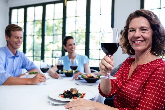 Freunde, die im restaurant zu mittag essen