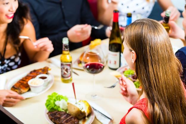 Freunde, die im schnellimbissrestaurant essen und trinken