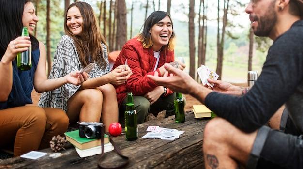 Freunde, die im wald kampieren