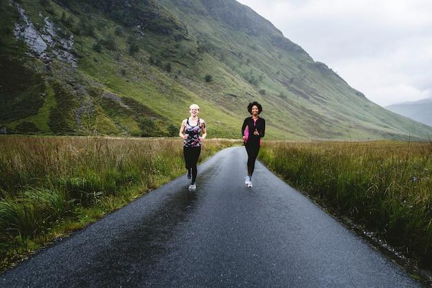 Freunde, die in den schottischen highlands joggen