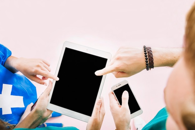 Freunde, die in der hand tablette halten