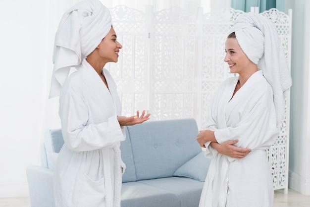 Freunde, die in einem badekurort sprechen