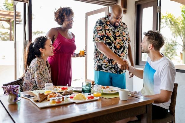 Freunde, die in einem hotel frühstücken