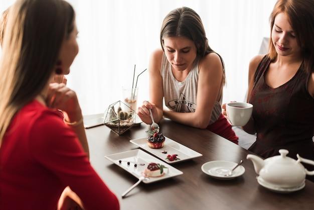 Freunde, die in einem restaurant zu abend essen