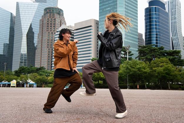 Freunde, die kleidung in k-pop-ästhetik tragen