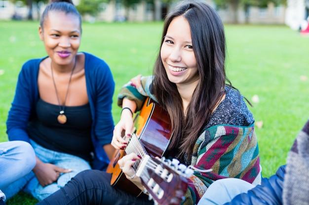 Freunde, die lieder im park zusammen hat spaß singen
