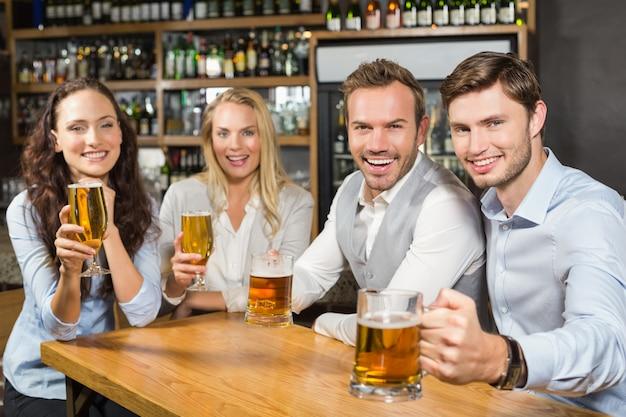 Freunde, die mit bieren rösten